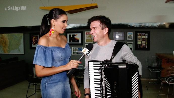 Niara Meireles entrevista Waldonys na gravação do novo DVD (Foto: Se Liga VM)
