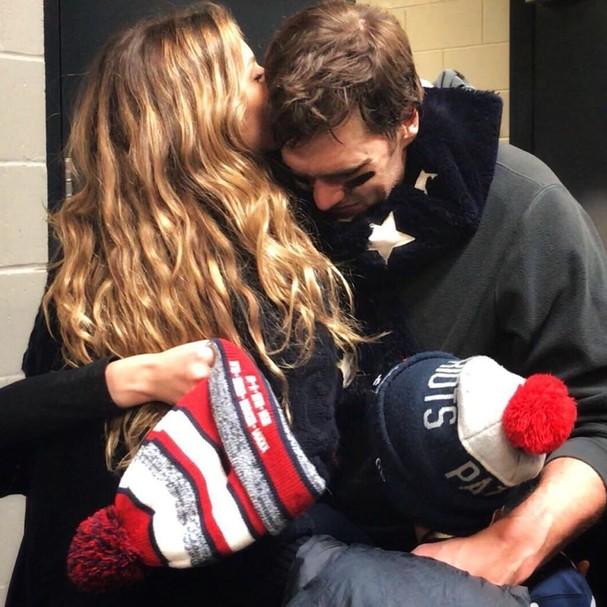 Gisele e a pequena Vivian abraçam Tom Brady (Foto: Instagram/Reprodução)