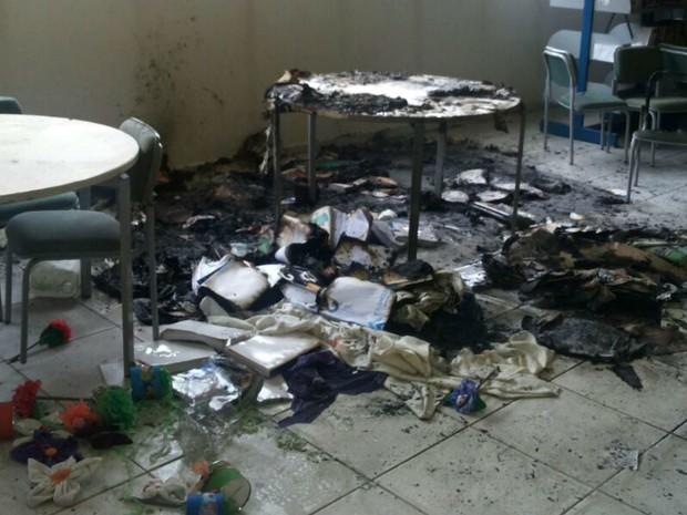 Vândalos ateiam fogo em biblioteca de escola em Sorocaba (Foto: Arquivo Pessoal)