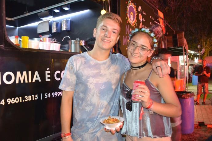 Casal Vinícius Caus, 17, e Martina Ayesa, 17, optou pela porção de massa (Foto: Joyce Heurich/RBS TV)