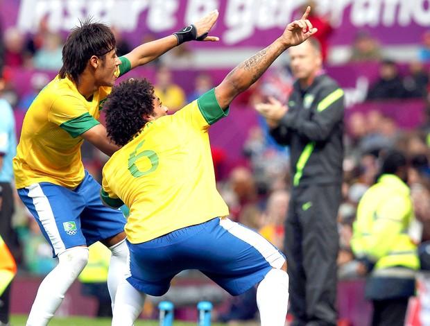 Neymar e Marcelo comemora gol do Brasil contra a Bielorrússia (Foto: Reuters)