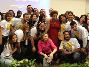 Ministra da Secretaria de Direitos Humanos, Maria do Rosário, com a equipe do Disque 100 nesta sexta-feira (18) (Foto: Mariana Zoccoli/G1)