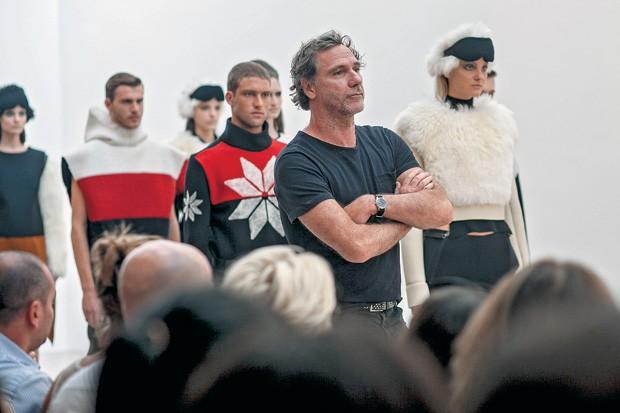 SANTO DE CASA Oskar Metsavaht (de preto), no  desfile da Osklen, durante a Fashion Week. Ele superou a choradeira e ergueu uma marca nacional de R$ 500 milhões (Foto: Barbara Dutra/Ag. Fotosite)