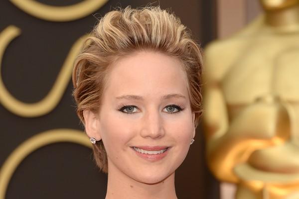Jennifer Lawrence é a queridinha do momento, mas quando era menor, trocou de escolas muitas vezes por conta de colegas malvadas. Uma vez, uma garota pediu que ela entregasse os convites de sua festa, mas não a convidou. A atriz jogou todos no lixo (Foto: Getty Images)