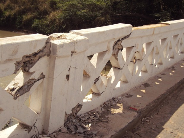 Ponte está com estrutura comprometida (Foto: Reprodução/TV Integração)