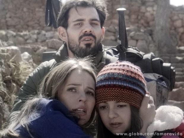 Mãe e filha se reecontram sob os olhares do sequestrador e pai da menina, Ninho (Foto: Amor à Vida / TV Globo)