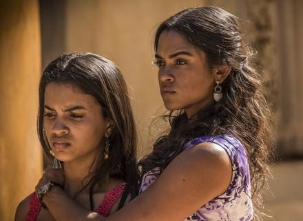 Luzia vê filha chorando após flagrar clima de Santo e Tereza
