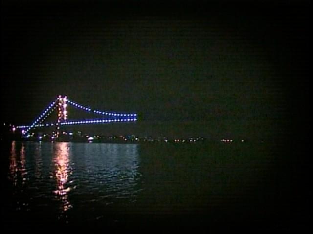 A ponte Hercílio Luz, cartão postal de Florianópolis, ficou parcialmente apagada (Foto: Reprodução RBS TV)