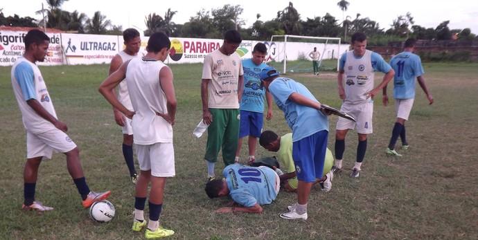 Isael, meia do Parnahyba sofre entorse no tornozelo  (Foto: Glaucio Resende)