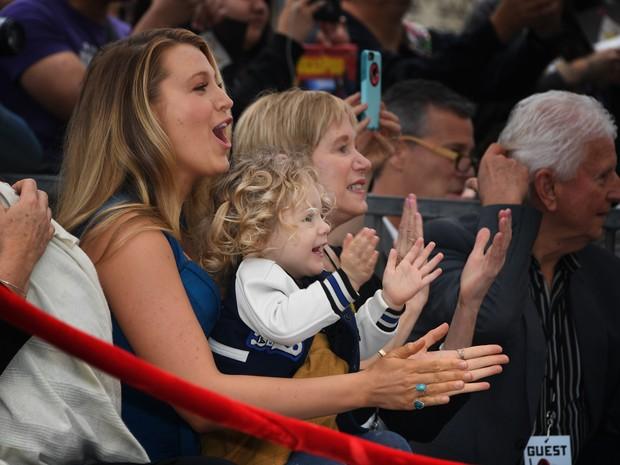 Blake Lively e a filha mais velha, James, em Los Angeles, nos Estados Unidos (Foto: Mark Ralston/ AFP)