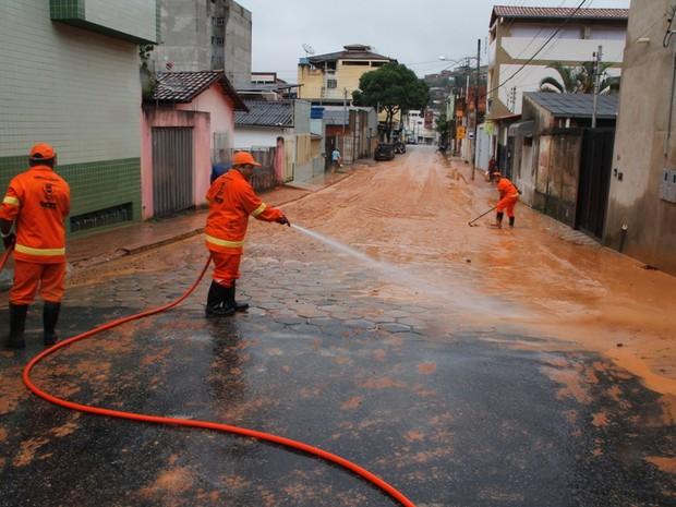 Prefeitura trabalha na limpeza das ruas. (Foto: JB Reis / PMI)
