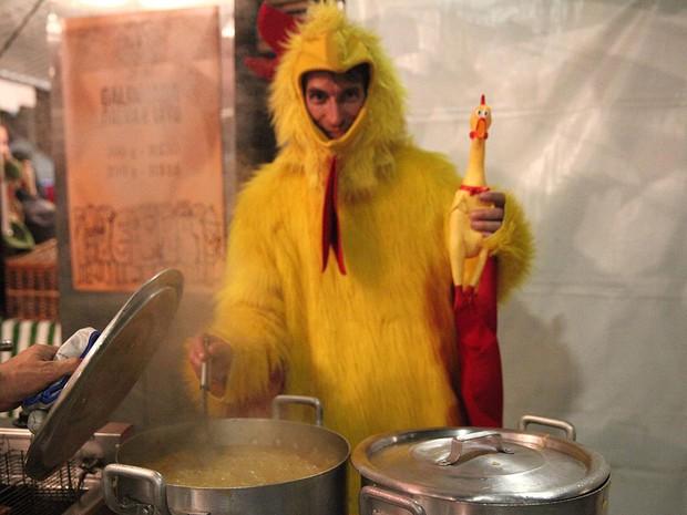 VIRADA CULTURAL - Sábado (20h20): Marido da gerente do restaurante Santa Anã Bistrô, Anderson Luiz Pereira dos Santos ajudou fazendo o papel de galinha  (Foto: Fábio Tito/G1)