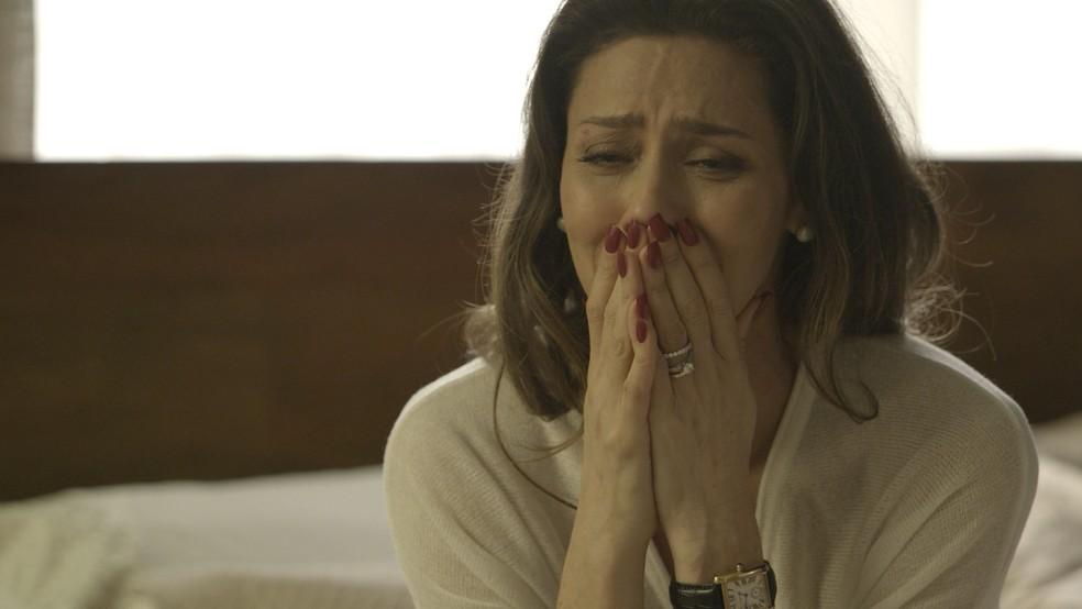 A socialite insiste em saber quem é a amante (Foto: TV Globo)