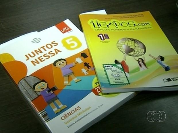 Livros didáticos ideologia de gênero  (Foto: Reprodução/TV Anhanguera)