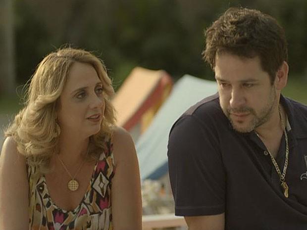 A irmã dá aquele toque no ex-jogador para ele ir atrás de seu amor (Foto: Avenida Brasil/TV Globo)