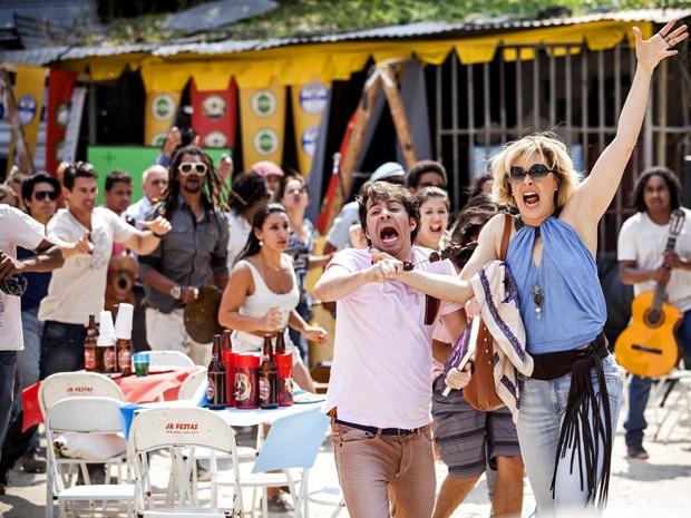 Em cena, Claudia Raia e Conrado Caputto correm desesperados (Foto: Raphael Dias/ TV Globo)