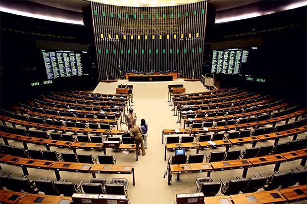 PODER Um solitário deputado no plenário do Congresso.  É no Legislativo que se tomam  as decisões que mais influenciam nossa vida (Foto: Ed Ferreira/Estadão Conteúdo)