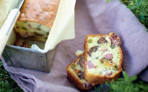 'A Pequena Cozinha em Paris - bolo salgado de queijo e ameixa' (Foto: Divulgao / David Loftus)