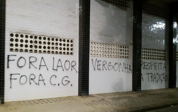 Pichação de muro, Vila Belmiro (Foto: Alexandre Valdívia)