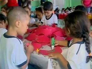 Alunos preparam materiais para apresentação em Araxá (Foto: Reprodução/TV Integração)