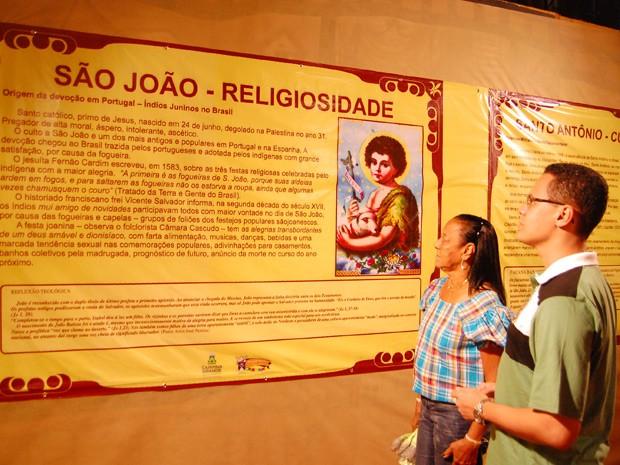 Quem foi ao Parque do Povo, aproveitou para conhecer a história do principal santo católico das festividades juninas (Foto: Jocélio de Oliveira/G1)