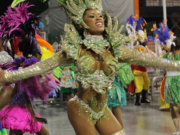 Rainha do carnaval de São Paulo foi destaque à frente da bateria da Camisa Verde e Branca (Foto: Ardilhes Moreira/G1)