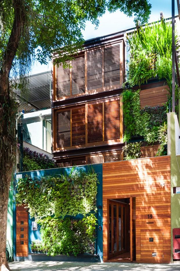 Madeira e verde se destacam em casa