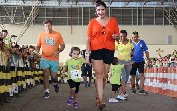 Pais incentivam os filhos correndo juntos (Foto: Marcos Dantas/ Globoesporte.com)