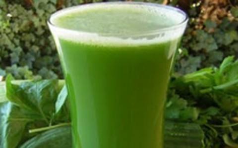 Suco verde com couve e hortelã