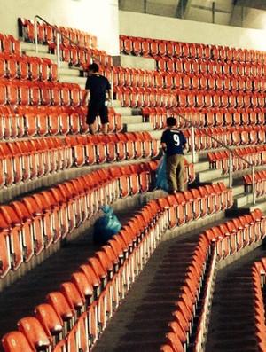 Torcida do Japão limpando Arena Pernambuco