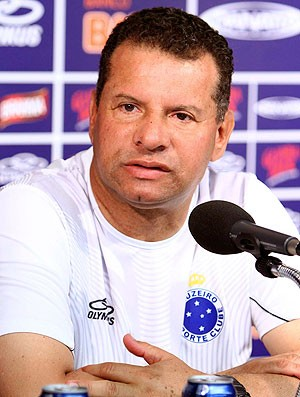 Celso Roth na coletiva do Cruzeiro (Foto: Denilton Dias / Vipcomm)