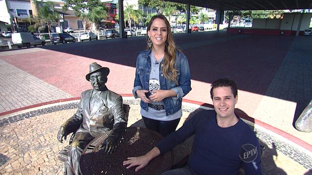 Pedro Leonardo e Aline Lima ao lado da estátua de Adoniran Barbosa, em Valinhos (SP) (Foto: reprodução EPTV)