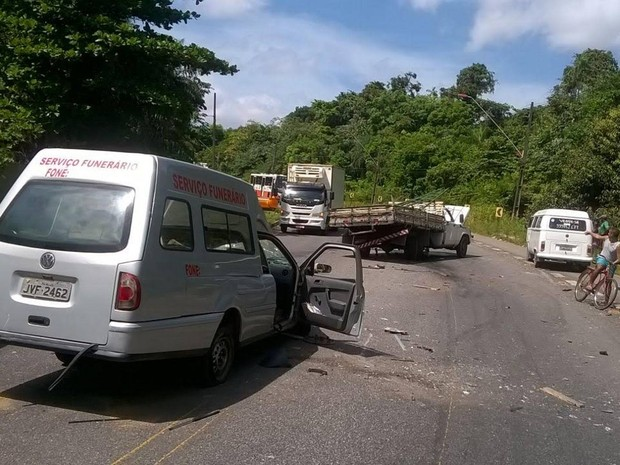 Colisão entre veículos provoca engarrafamento em trecho da rodovia na manhã desta quarta-feira (22) (Foto: Arquivo pessoal/G1)