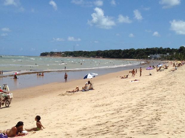 Banhistas se divertiram na praia do Cabo Branco durante o feriado do Dia da República  (Foto: Walter Paparazzo/G1)