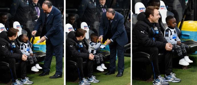 BLOG: Pequeno torcedor ocupa lugar de Benitez no banco e dá autógrafo ao técnico