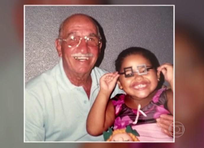 Ana Rosa junto com seu avô quando era pequena (Foto: TV Globo)