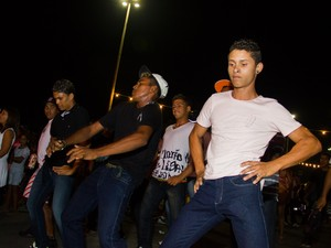 Grupo faz coreografia ensaiada durante festa do Benedito Bentes. (Foto: Jonathan Lins/G1)