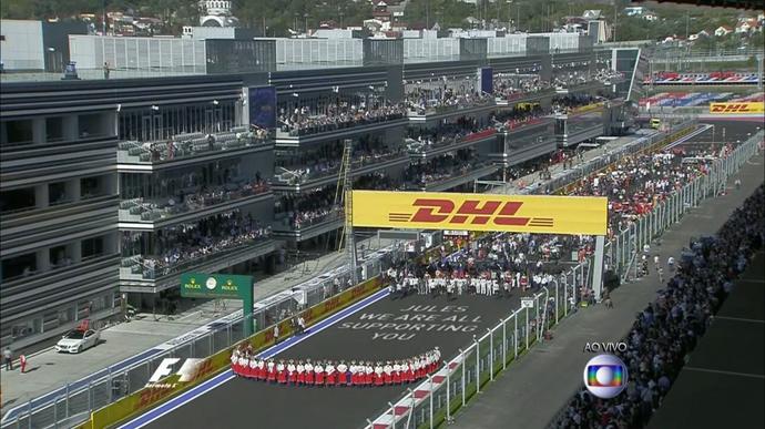 Pilotos da Fórmula 1 fazem homenagem a Jules Bianchi antes de GP da Rússia (Foto: Reprodução)