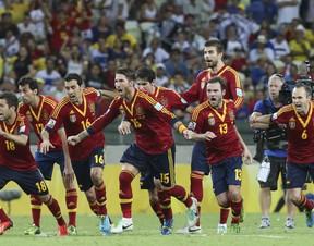 Espanha comemora vitória (Foto: AP Photo/Eugene Hoshiko)