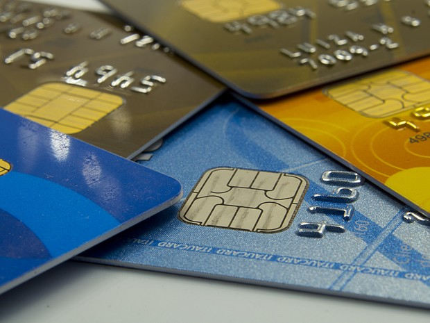 Cartões de crédito acumulados, que são considerados maiores 'vilões' das finanças pessoais (Foto: Marcos Santos/USP Imagens)
