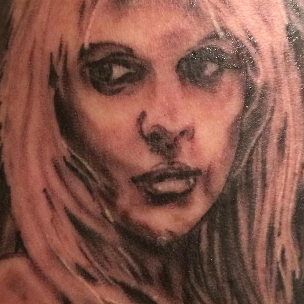 Monique Evans ganha tatuagem de Caca Werneck (Foto: Instagram / Reprodução)