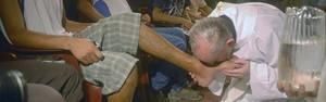 Imagem mostra Papa beijando os pés de viciados em missa de 2008 (AP)