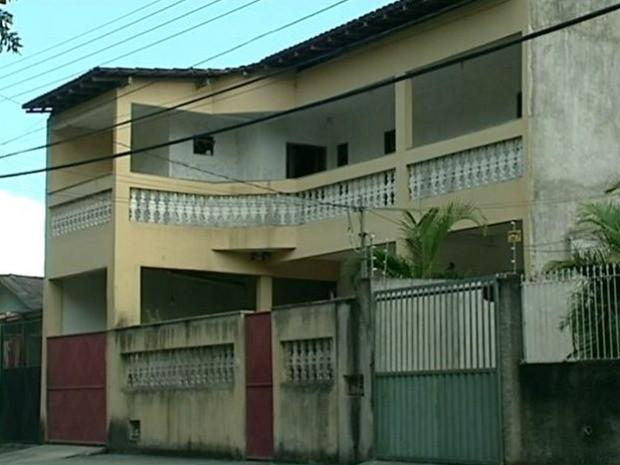 Menina morreu após se afogar na piscina da própria casa, em Linhares, espírito santo. (Foto: Reprodução/TV Gazeta)