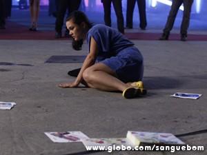 A fã e seu álbum ficam no chão duro e sujo (Foto: Sangue Bom/TV Globo)