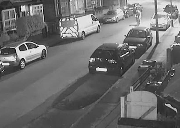 Ciclista pedava por rua vazia quando perdeu o controle  (Foto: Reprodução/YouTube/CCTV101)