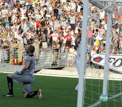 Gol do Botafogo-PB no Almeidão contra o ASA. Goleiro Pedro Henrique vê bola no fundo do gol (Foto: Francisco França/Jornal da Paraíba)
