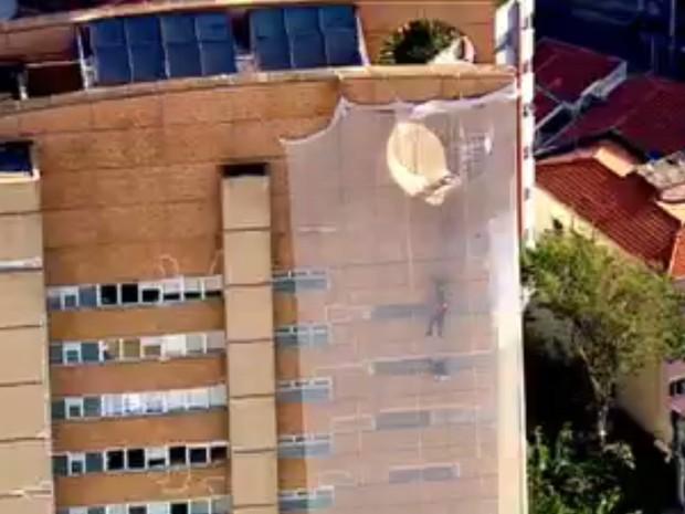 Operário chegou a ficar pendurado por mais de 20 minutos (Foto: GloboNews/Reprodução)