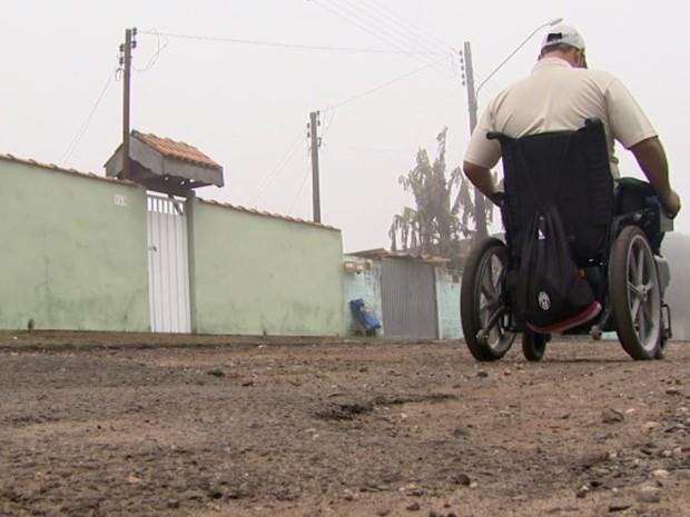 Buracos nas ruas também prejudicam cadeirantes de Itirapina (Foto: Rodrigo Sargaço/ EPTV)