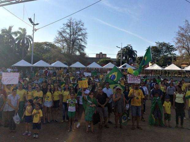 Protesto contra o governo Dilma em Dourados MS (Foto: Camilla Jovê/TV Morena)