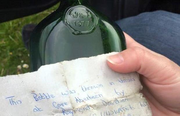 Casal que encontrou a garrafa pretende procurar autor da carta, um menino que hoje teria 58 anos (Foto: BBC)